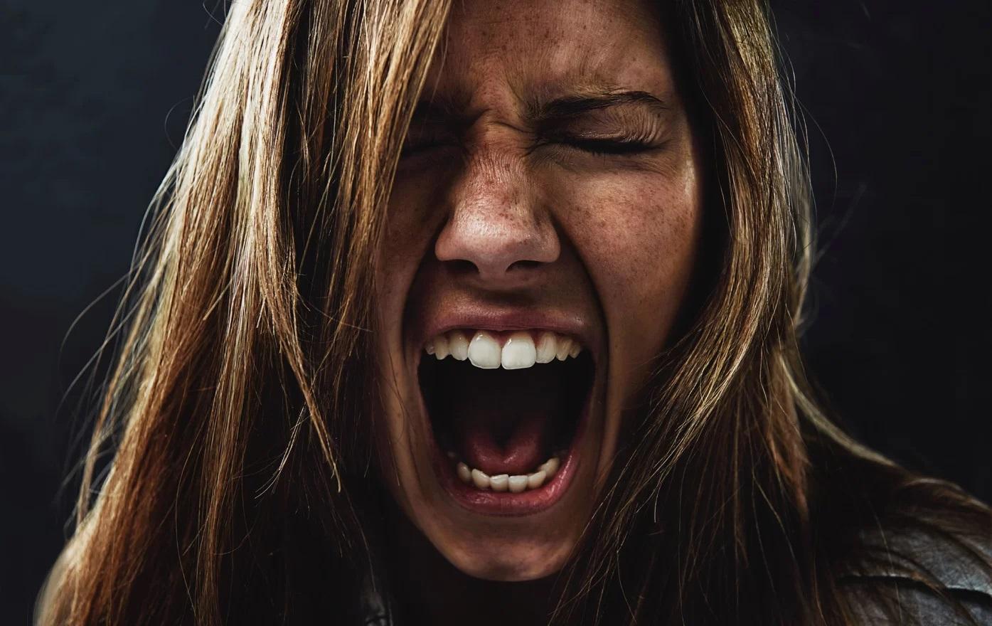 эмоция гнева на фотографии это, прежде всего